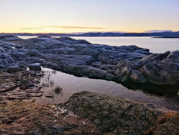 Rivier tijdens een betoverende zonsondergang in ostre halsen, noorwegen