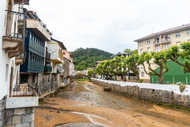 Rivier van de gemeente ea in de buurt van lekeitio, golf van biskaje in de cantabrische zee. baskenland