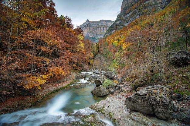 Rivierbedding met bergenlandschap
