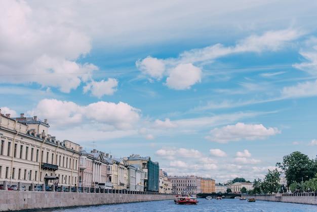 Rivierboot op het fontanka-rivierhoogtepunt van passagiers