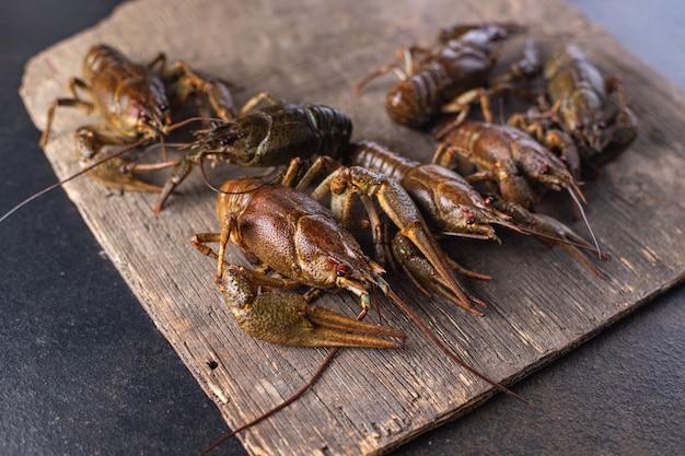 Rivierkreeft rauwe verse zeevruchten maaltijd snack op tafel kopieer ruimte voedsel achtergrond rustiek
