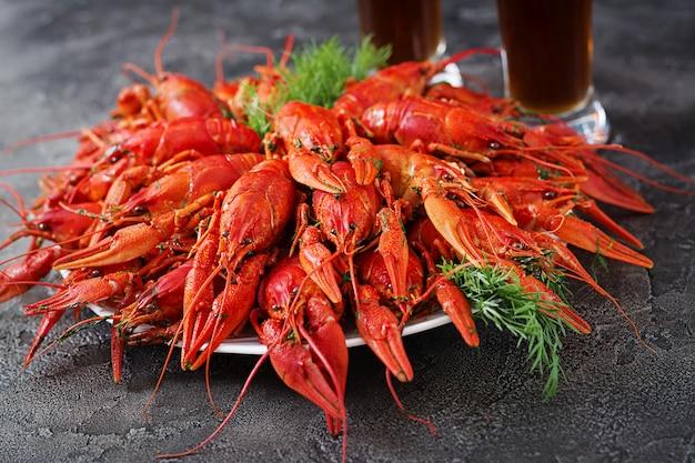 Rivierkreeft. rode gekookte langoesten op tafel in rustieke stijl, close-up. kreeft close-up.