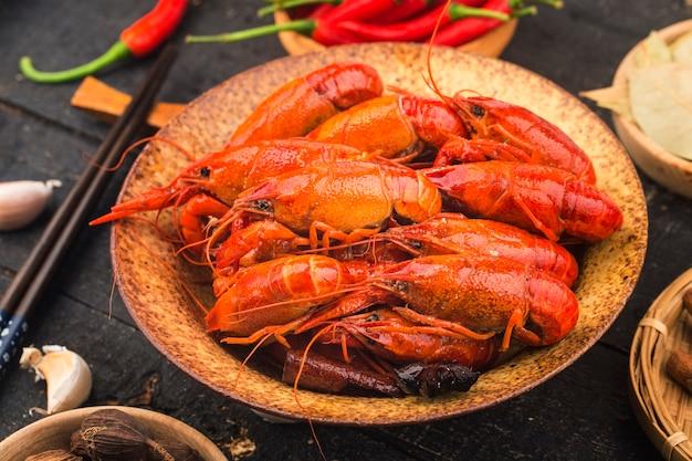 Rivierkreeft. rode gekookte langoesten op tafel in rustieke stijl, kreeft close-up.