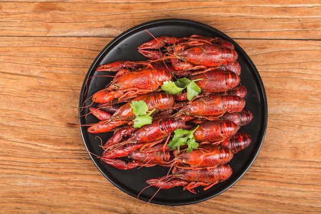 Rivierkreeft. rode gekookte langoesten op tafel in rustieke stijl, kreeften close-up.