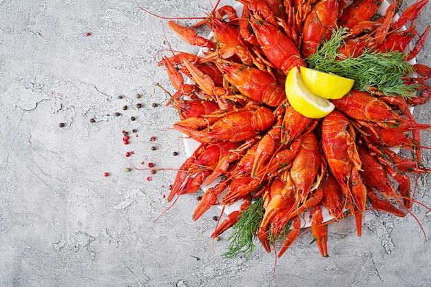 Rivierkreeft. rode gekookte rivierkreeften op lijst in rustieke stijl, close-up. kreeft close-up. grensontwerp. bovenaanzicht