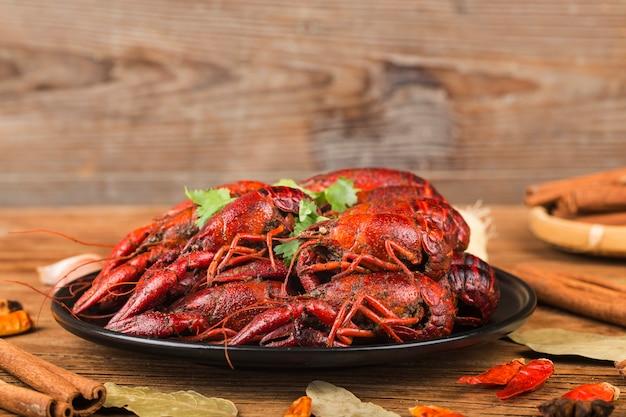Rivierkreeft. rode gekookte rivierkreeften op lijst in rustieke stijl, zeekreeftclose-up.