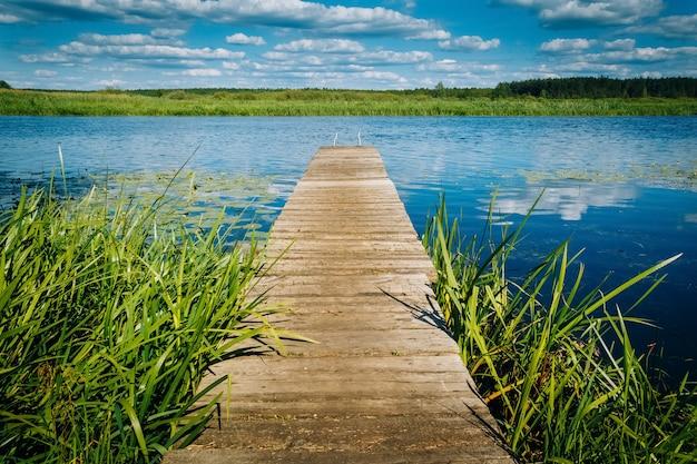Rivierlandschap houten pier. horizon