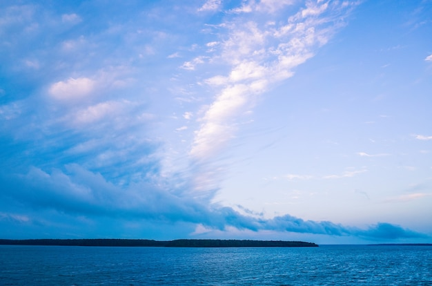 Rivierlandschap kalm water en een enorme witte mooie wolk met een ongewone vorm ruimte kopiëren