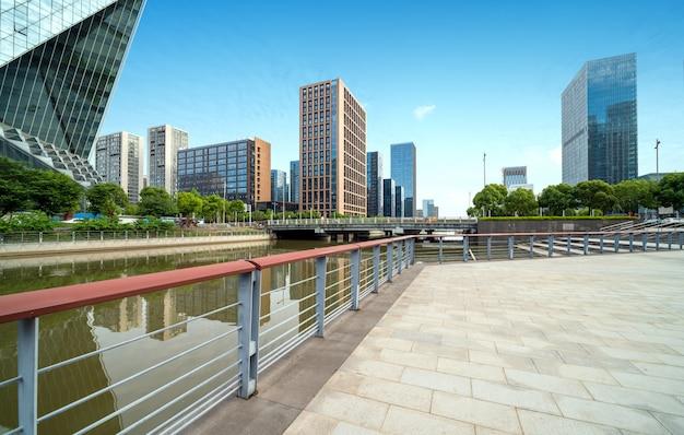 Rivierpromenade met moderne gebouwen