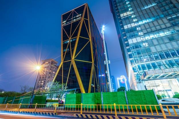 Road city nightscape architecture en fuzzy car lights