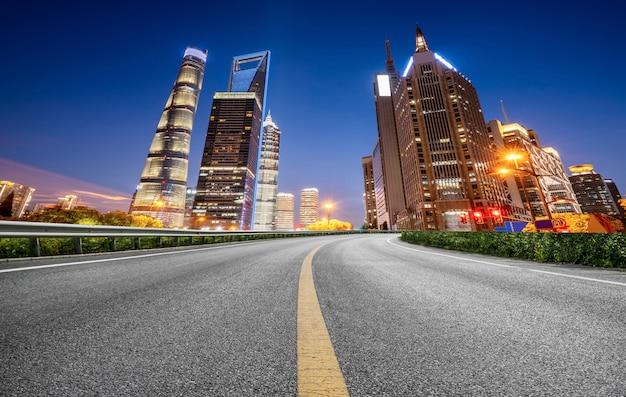 Road ground en urban modern architectural landscape skyline