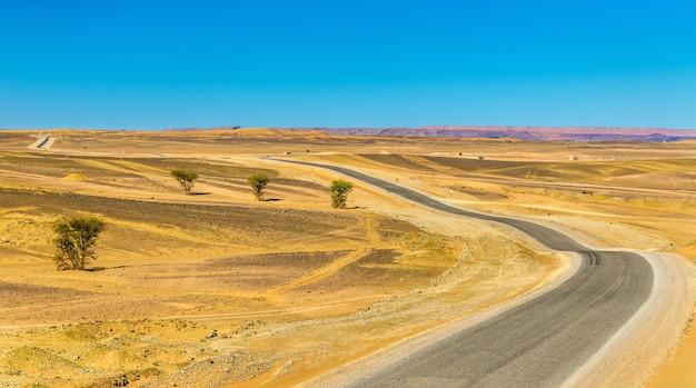 Road merzouga - erfoud in de marokkaanse sahara