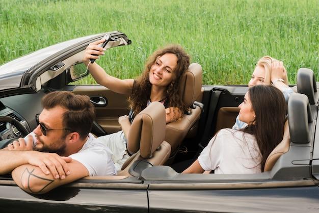 Road trip concept met een groep vrienden