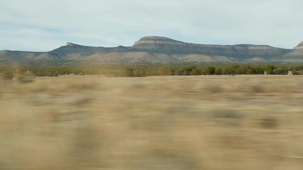 Roadtrip vanuit grand canyon, arizona, vs. auto rijden, route naar las vegas nevada. liftend reizen in amerika, lokale reis, rustige sfeer in het wilde westen, indische landen. wildernis door autoraam.