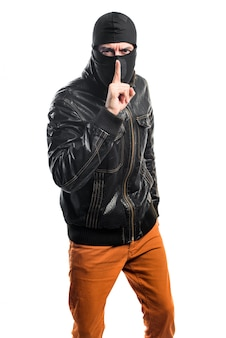 Robber maakt stilte gebaar