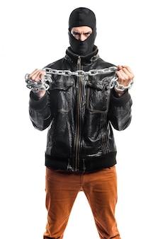 Robber met kettingen