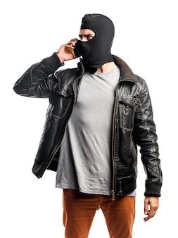 Robber praten met mobiel