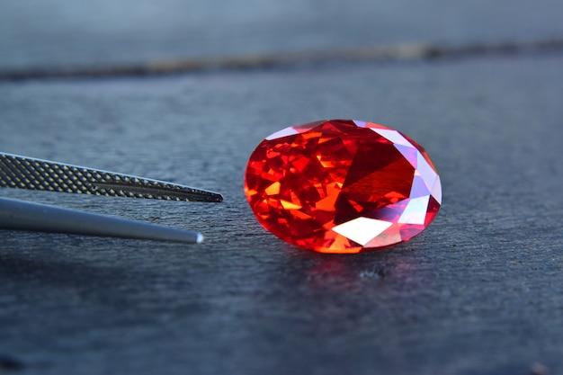 Robijn is een mooie rode edelsteen op een houten vloer