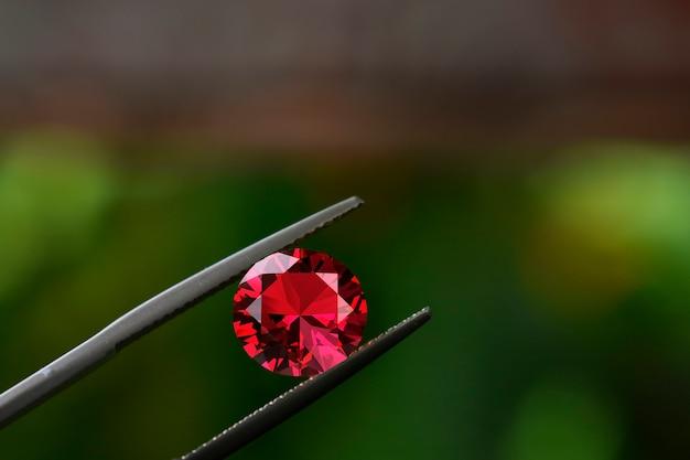 Robijn is een rode edelsteen mooi van aard voor het maken van dure sieraden