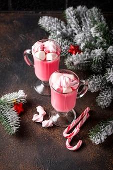 Robijnrode warme chocolademelk of roze cacao