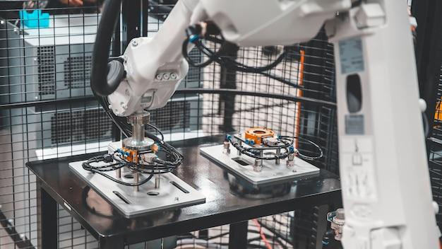 Robotarm cnc-automatiseringssysteem voor industriële productie
