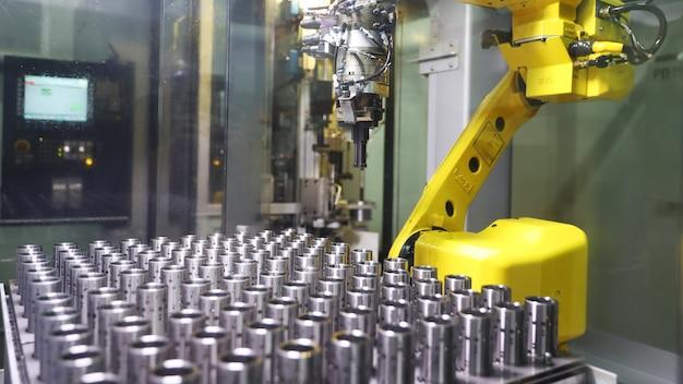 Robotarm die in een fabriek werkt