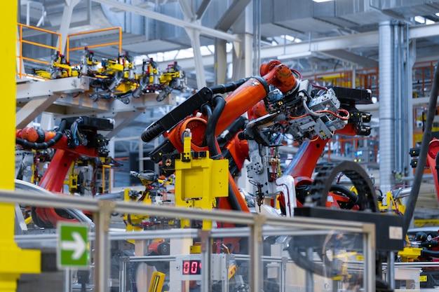 Robotarm houdt het detail van de auto vast.