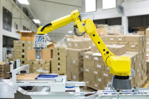 Robotarm voor uitvoering in productielijnfabriek.