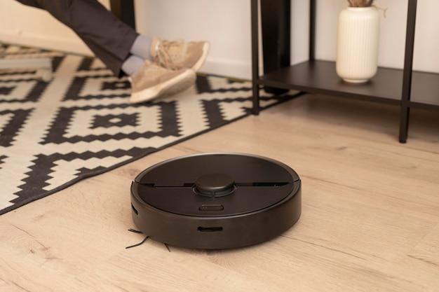 Robotstofzuiger doet zijn werk in huis