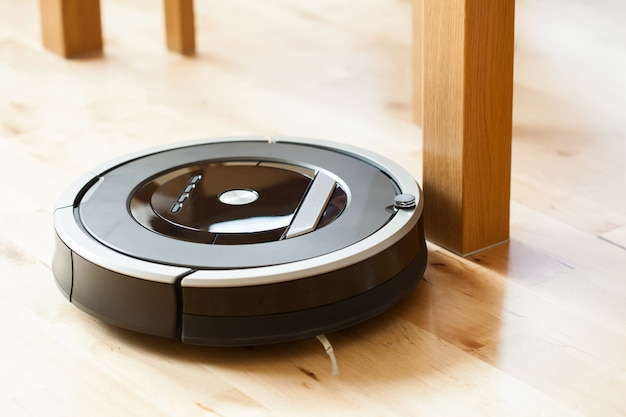 Robotstofzuiger op laminaat houten vloer slimme reinigingstechnologie probleem