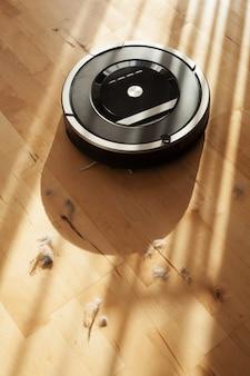 Robotstofzuiger op laminaat houten vloer