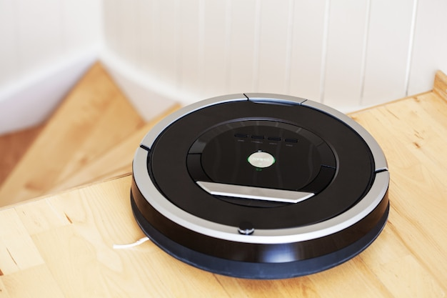 Robotstofzuiger op laminaatvloer slimme reinigingstechniek trap