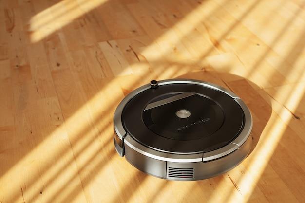 Robotstofzuiger op laminaatvloer slimme reinigingstechnologie