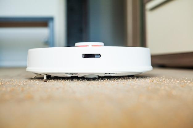 Robotstofzuiger voert op een bepaalde tijd automatisch het appartement uit. slimme woning.