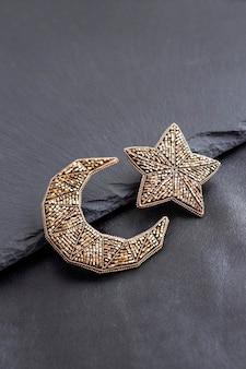 Rocailles geborduurde broches in de vorm van maan en ster op zwarte achtergrond