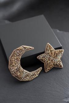 Rocailles geborduurde broches in de vorm van maan en ster op zwarte doos achtergrond