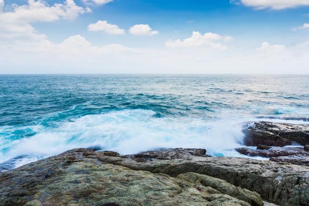 Rock en zee met blauwe hemel