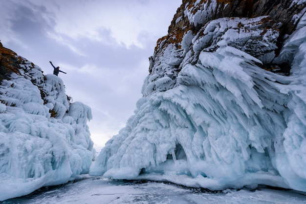 Rock klimmer op de top van de rots. sport en actief leven