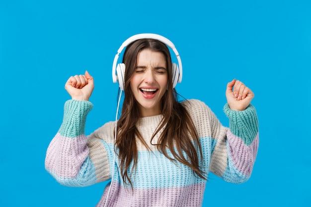 Rock n roll baby. zorgeloos emotionele charismatische brunette vrouw genieten van muziek luisteren