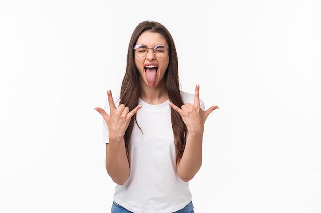 Rock-n-roll schat. portret van enthousiast knap jong meisje met plezier op geweldig concert
