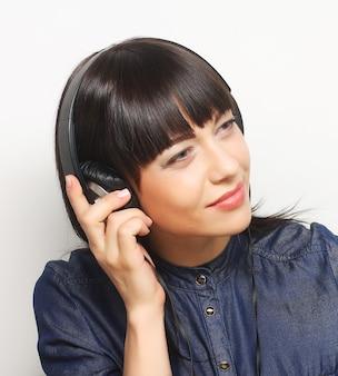 Rock-stijl vrouw met koptelefoon luisteren naar muziek