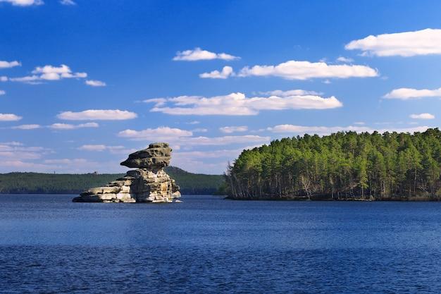Rock zhumbaktas op het meer. nationaal natuurpark burnaby in kazachstan. stenen figuur sphinx.