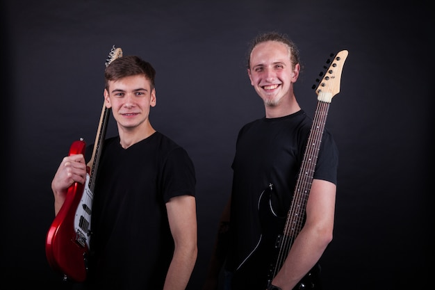 Rockband-artiesten glimlachen