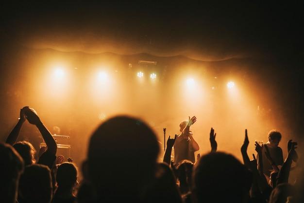 Rockband speelt een concert in een live huis in europa