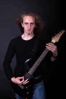 Rockbandartiest die gitaar speelt
