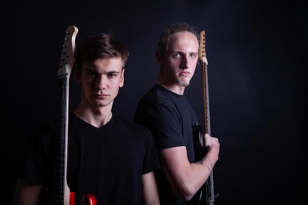 Rockbandartiesten met gitaren