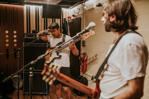 Rockbandgitarist die herhaling uitvoert in opnamestudio