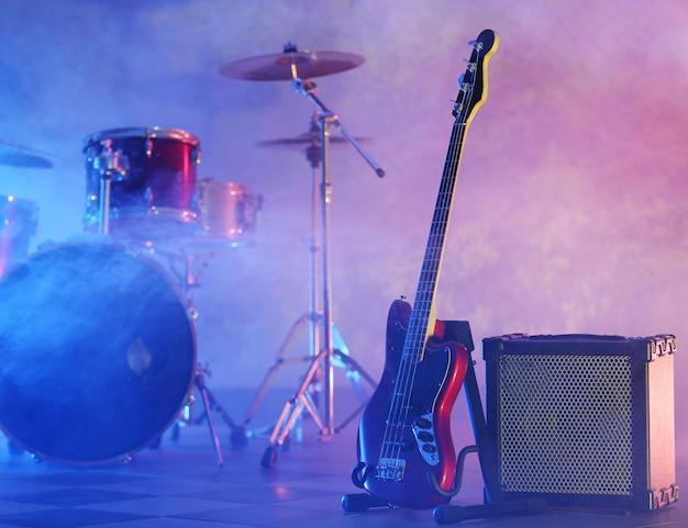 Rockbandinstrumenten op mistig