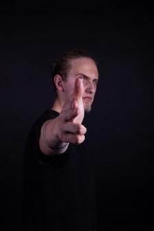 Rockbandkunstenaar die gebaar richten