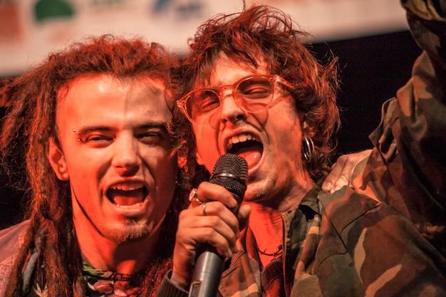 Rockers juichen op het podium na afloop van hun live optreden